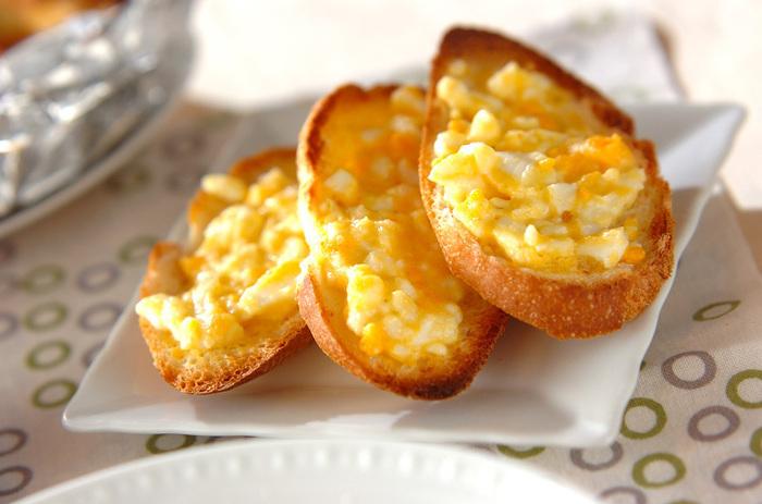 ユズコショウを混ぜ合わせたマヨネーズをトーストにぬって頂きます。朝食にもおすすめな一品はユズの香りが良いアクセントに!
