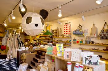 こちらはハイジの店内の様子です。様々な作家さんの作品がずらっと並べられています。世界に一つしかないハンドメイド雑貨たちは、シンプルな雑貨からユニークな雑貨まで実に多種多様で、ただ眺めているだけでも幸せな気分に―。あなた好みの雑貨との出会いがきっと待っていますよ♪