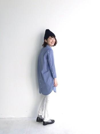 シンプルシックなブルーの丸衿シャツワンピースにホワイトデニムのスキニーパンツを合わせて。メンズライクな印象の爽やかコーディネートです。
