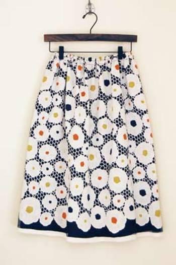 ネイビーと真っ白なレースのギャザースカートです。北欧風のやわらかなお花柄×色合いが大人キュート。春夏は白シャツと合わせて、秋冬はタートルネックのセーターやタイツと合わせて、1年中着まわせます!