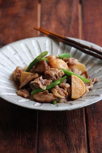 例えばこちらの、豚肉と里芋の煮物は電子レンジを使った簡単レシピ!豚肉のビタミンも野菜の栄養もしっかりいただける煮物を、たっぷり入る素敵な器に入れて幸せな食卓です♪  今回は、煮物を美味しくいただくために、使ってみたい深皿をご紹介します。