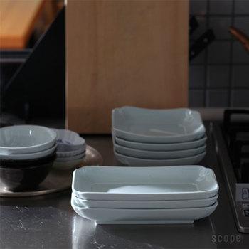 収納がラクなこともこのお皿のいいところ。食卓にあたたかな表情を添えてくれる、「真っ白ではない」色も素敵です。煮物には、つるつるの真っ白なお皿よりも、少しボツボツしていたり、絵付けがあったり、手触りのあるものが似合いますね。