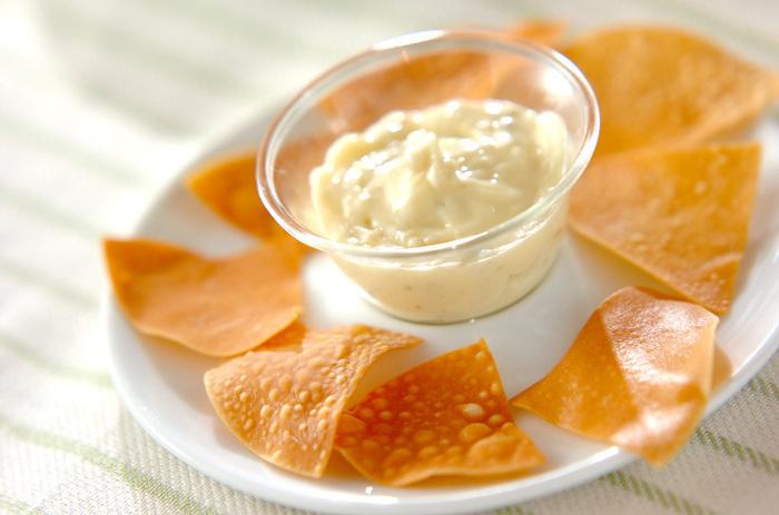 餃子の皮を使ってお手軽おつまみはいかがでしょう!パリパリの食感はあとひく美味しさ。手作りマヨネーズが主役になる一品です。