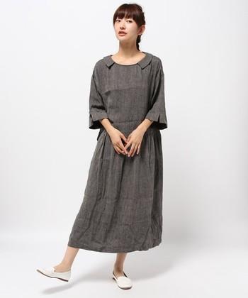 離れたフラットカラーや少し広がった袖がクラシカルな雰囲気を感じさせる「Vlas Blomme」のワンピース。シルクリネンのメランジ生地を使用しており、一枚で着ても上品にきまります。