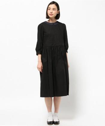 かぎ針編みの襟が上品でクラシカルな雰囲気のワンピース。普段使いはもちろん、フォーマルなシーンにも使えそうですね。
