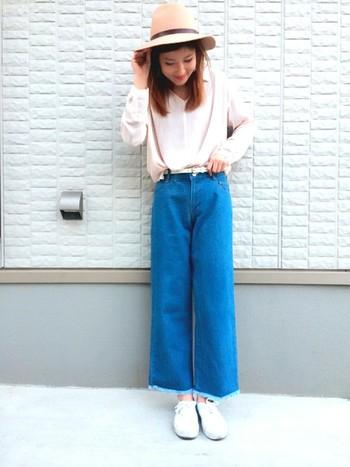 今年の春夏に流行っているゆるパンツ。ラフでリラックスした雰囲気とピンク×ブルーのコントラストがとってもオシャレですね♪