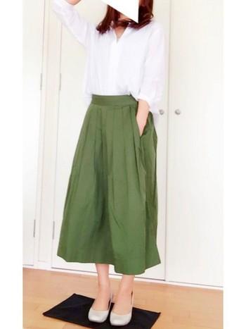 ふんわりやわらかなとろみシャツとグリーンのミモレ丈スカートが春らしい、大人の女性のきれい目コーディネート。春風を感じながらお出かけしたくなるような美しいスタイルですね。