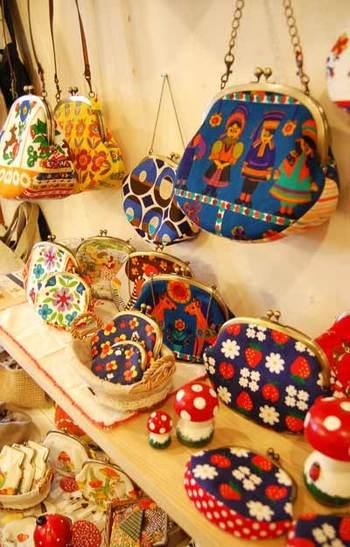 メキシコの生地オイルクロスが、maki endoさんの手によってがま口に大変身!日本で見かけることのない柄や素材感に思わず心を奪われてしまいそう♪がま口のショルダーやお財布などの雑貨が約100個ほど展示されたようです。