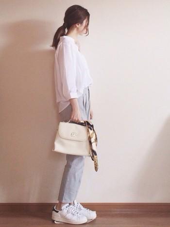 スキッパーデザインのとろみシャツを美シルエットのテーパードパンツとあわせて。スニーカー、バッグも白系を使ってさわやかで品のある大人のワントーンコーデに♪