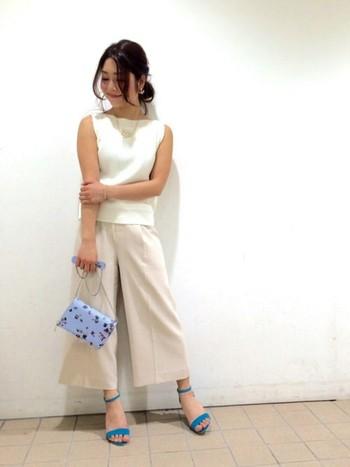 エレガンスな雰囲気の華奢で小ぶりなバッグは、ホワイトコーデに相性が良いです。サンダルとの色合わせもバッチリ!