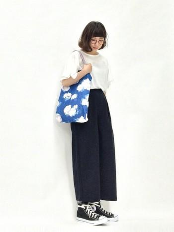 フリル袖のTシャツ×ワイドパンツの楽チンコーデに合わせたのは、雲柄のバッグ!さわやかな青空がモノトーンコーデに良く映えています。服装がシンプルな時は、これくらいインパクトのある主役級バッグで遊んでみるのも楽しい♪
