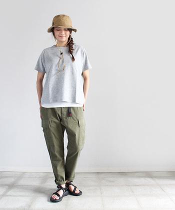 こちらはパイル生地のTシャツ。とても小さなパイルなので、モコモコせずすっきり着られます。シンプルなTシャツだからこそ、素材にこだわって。