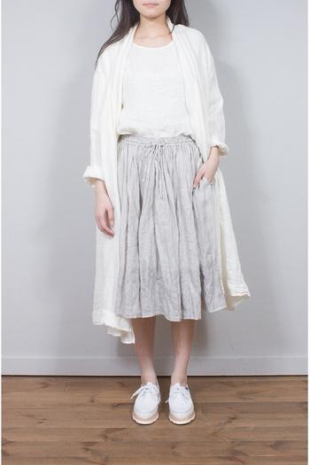 ギャザーがたくさん寄ったロマンチックなスカート。ライトグレーなら、クリーンな雰囲気で着こなせます。ホワイトとの組み合わせがフレッシュなイメージですね。