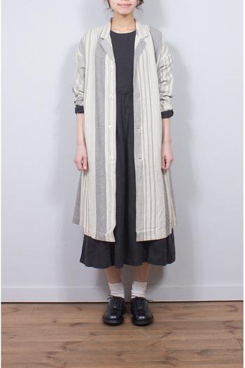 ランダムストライプも生成り×ライトグレーでアンティークな雰囲気に。コートは、襟が小さいものを選ぶとより女性らしい雰囲気になります。
