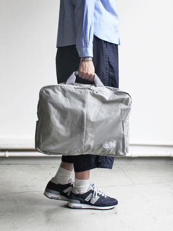 ナイロンの2WAYバッグ。リュックにして背負うこともできます。メンズライクなデザインですが、こんな柔らかいライトグレーなら女性にもぴったり。お仕事バッグにも。