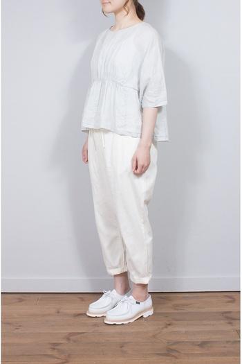 リネンのブラウス。前後逆にしても着られる、着まわしにぴったりのアイテムです。リネンのやさしい張り感が、身体を包み込んでくれます。