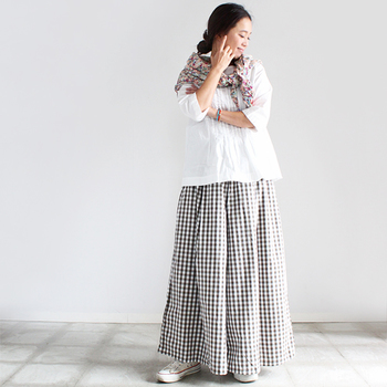 白シャツ×ギンガムチェックのロングスカートで可愛らしい雰囲気。そこに、これまた可愛い花柄ストールでメルヘンチック*全体的にふんわりとした装いで、バランスも良いですね◎