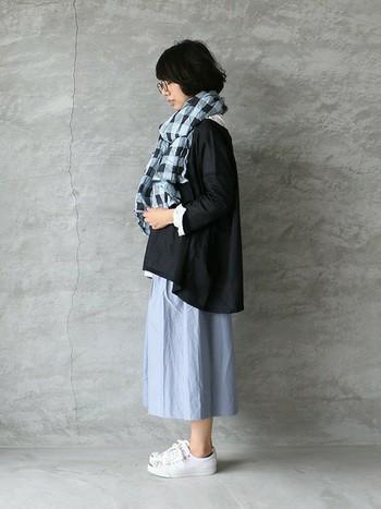 大きめストールをぐるぐる巻いてしっかり防寒。これならちょっと肌寒い時にも暖かく過ごせそうです◎チェック柄のストールとスカートを水色で合わせて統一感もGood!