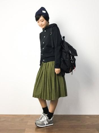 パーカーにバックパックは鉄板の可愛らしさ。そこにスカートを合わせれば、アクティブなだけじゃない女の子らしさもプラスできます◎
