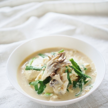 少量の味噌で味付けされた、ヘルシーで素材の味が美味しい豆乳スープレシピ。包丁で、サイコロ状に切らずにあえてスプーンですくって、ばらばらの大きさでいれた豆腐がポイントです。