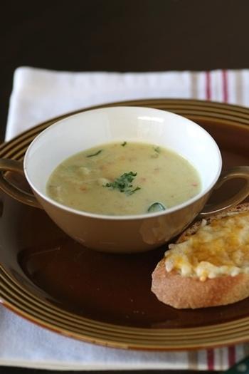 ポテトサラダと豆乳、カレー粉を混ぜ合わせて作るカレー風味の豆乳スープ。ちょこっと余ったポテトサラダを、スープに入れてかき混ぜればお腹にもたまる食欲そそるスープの出来上がり♪パンと合わせて休日のブランチにもどうぞ。
