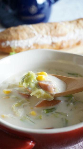コーン缶を汁ごと加えることで、優しい甘みのあるクリームスープに。味噌で味付けをすれば、豆乳嫌いのお子さんも気が付かずにお代わりしてくれるほどの絶品スープにできあがるそうですよ。
