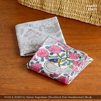 いつも持ち歩くもの、たくさんあっても困らないものといえば、ハンカチです。鹿児島睦さんのハンカチは、持つ方の年齢を選ばないデザインで、とっても華やかで素敵ですよね。大判なのでお弁当箱のお包みにも使えますよ。