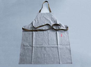 こちらは「倉敷デニムエプロン/Kurashiki Denim Apron」のデニムエプロンです。高級岡山デニムの余り布を使用して作られているので、丈夫で、使い込むほどに味がでてくる素材。長く使ってもらえるプレゼントになりますね。