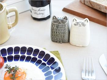 こちらは、大人気の陶芸家、リサ・ラーソンの「ねこのソルト&ペッパー」です。白ねこが1つ穴でお塩を、グレーのねこに3つ穴があるのでペッパーを入れるようになっています。美濃焼でつるんとした陶器です。キッチンにこんな可愛いねこちゃんがいたら癒やされますよね♡