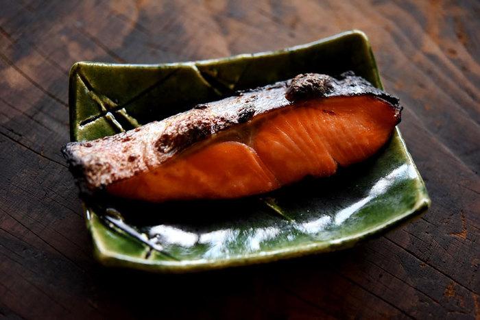 鮭の切り身を粕床に1〜2日間漬け込みます。粕床に漬ける前に、切り身の両面に塩を振って30分ほど置いておくことで、臭みが取れ、粕床の味のしみこみも良くなります。