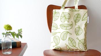 こちらは、Hanna Safstrom Design(ハンナ・セーヴストロム・デザイン)のコットンバッグです。ちょっとお散歩やちょっと買い物に、というときにぴったりな大きさですね。北欧らしさあふれる美しいパターンが目を引きます。