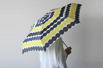 これから来る梅雨の時期に備えて、傘のプレゼントもおすすめです。こちらは北欧フィンランドを代表するテキスタイルブランド、marimekko(マリメッコ)の折りたたみ傘です。素敵な傘があると、憂鬱な雨もちょっと気分が高まりますね。