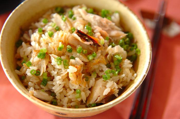 西京焼を炊き込みご飯の具にするというアレンジレシピです。サワラの西京漬を焼き、炊飯器に用意したお米(調味料も加える)の上にセットして炊きます。魚のうまみや白みその甘さなどが感じられます。