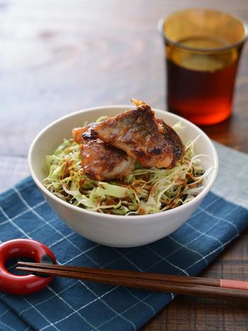 味噌漬けにして焼いたタラを、キャベツの千切りなどの野菜とともにご飯に載せ、さらに味噌風味のタレをかけた丼レシピです。ソースをかけるので、タラの味付けは控えめに。