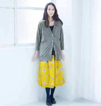 まだ肌寒い日もある春先は、温度調節できるカーデガンが必需品。グレーのカーデガンなら春色のスカートを引き立ててくれます。