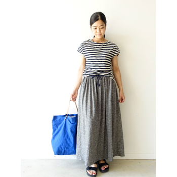 重くなりがちなマキシ丈のスカートは軽快なボーダーと合わせて。鮮やかなブルーのバッグで、春らしさを出しましょう。