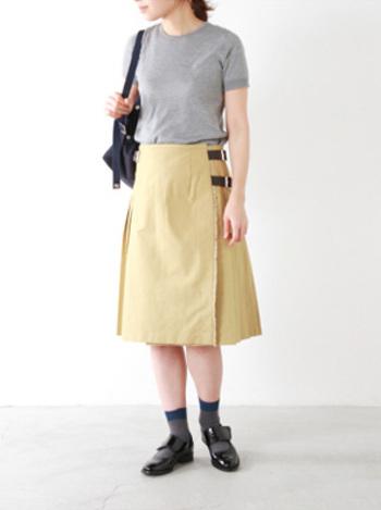 グレーのベーシックニットに、タンポポのような黄色の正統派のプリーツスカートを合わせて。新生活を始めるのに相応しい、トラッドな装いです。