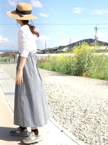 ストライプのロングスカートの足元はグレーのニューバランスで。春のお出かけスタイルです。