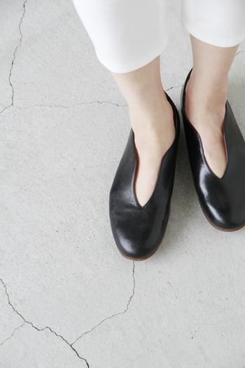 足をきれいに見せてくれる深い切り込み。上品でエレガントな雰囲気が漂い、普段使いはもちろん、よそいきのコーディネートにもおすすめです。