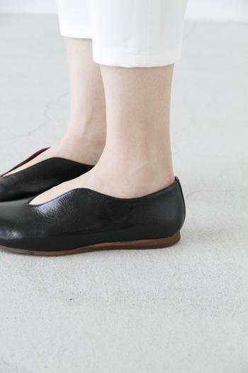 デザインはもちろん、土踏まずの部分までフィットするインソールや安定感のあるローヒールなど、履きやすさにもこだわっています。