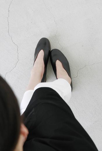 自分側から見ても美しいデザインで、ふと足元を見下ろすたび気分が上がりそう。上品な艶感のあるレザー素材で、履き込むほど足に馴染み、風合いが増していきます。