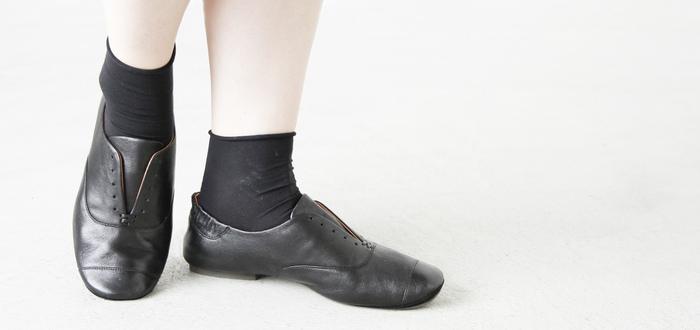 足にしっとりと馴染むしなやかな山羊革の質感や、足へのフィット感を高め快適な歩行をサポートしてくれるかかと部分のシャーリングが、ヴィンテージ品のような味わいある雰囲気。