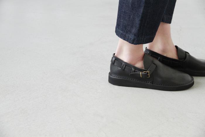 パンツスタイルはもちろん、ロングスカートやワンピースにも合わせやすく、さらりと履けてしまうので、なにかと重宝する一足です。