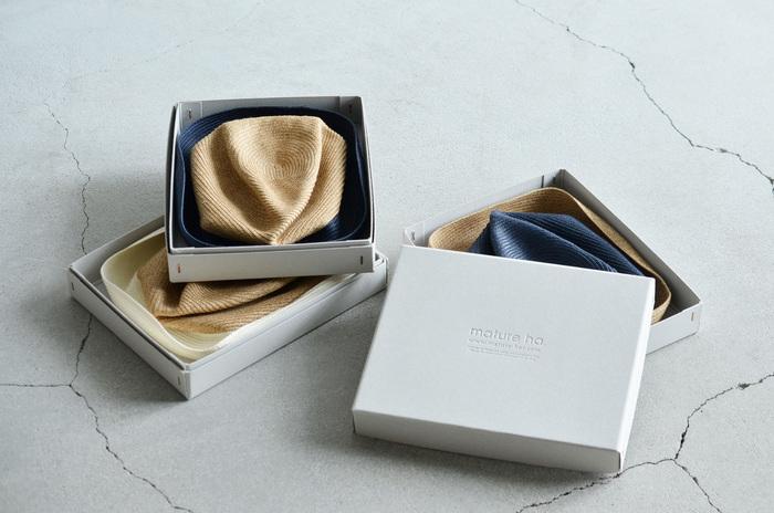 夏のお洒落に欠かせない「mature ha.(マチュアーハ)」の帽子。様々なデザインと、柔らかくて持ち運びしやすいのが特徴です。今回はつばが長めのものを2つピックアップしてご紹介します。