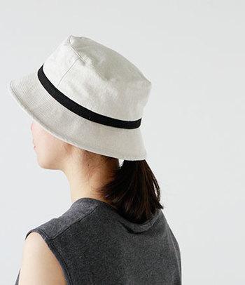 おしゃれなお母さんには帽子のプレゼントはいかがでしょうか?帽子は、コーディネートに合わせていくつも揃えておきたいですね。こっそりお母さんが持っている帽子をチェックして、まだ持っていないデザインのものをプレゼントしてみてはどうでしょうか。こちらは岡山にあるChapeaugraphy(シャポーグラフィー)のバケットハットです。