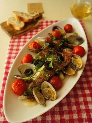 アクアパッツァもお家で作れたら嬉しいですね~魚の切り身で手軽に作れる一品です。簡単ですが、あさりやトマトの旨味もたっぷりで見た目も華やかなので、おもてなしにも♪