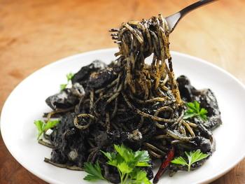 外食すると、歯が黒くなってしまうので、躊躇しますが…お家では、心おきなく食べられますね♪モンゴウイカをさばいて作るイカスミパスタのレシピです。