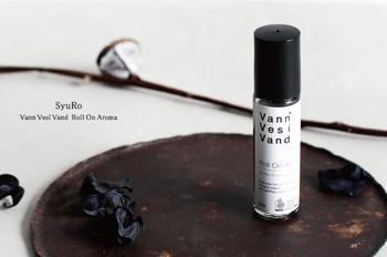 リラックスグッズといえば、アロマも癒やされますよね。こちらはSyuRo(シュロ)のVann Vesi Vand ロールオンアロマです。ハーブとスパイスをミックスさせた、爽やかで落ち着いた香り。ちょっと疲れたときに手首などにサッと塗って香りを楽しむことができます。