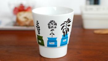 いつも忙しいお母さんへ、ゆっくりお茶を楽しんでもらうグッズもおすすめです。こちらはalmedahls(アルメダールス)のマグカップです。ハーブポットのデザインがかわいいですね。取っ手のないマグカップなので、コーヒー、紅茶、日本茶と飲み物を選ばないのも魅力です。