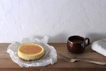 「ARUKUTORI(歩く鳥)」のチーズケーキは、届いてすぐのフレッシュな状態で食べるのも最高だけど、ちょっと寝かしてみるとまた違った味わいを楽しめます。作りたての状態は、キャラメリゼ(砂糖が焼成することで飴になる状態)による、クッキー生地のしゃりっとした食感が特徴的。それが数日冷蔵庫で寝かせると、キャラメリゼが溶け、程よく生地全体に沁み込み、しっとりと風味豊かな味わいに変わります。すぐに完食してしまいそうなところをちょっと我慢すれば、2度美味しい体験ができるのです。